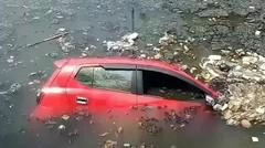 kecelakaan tunggal, dimana sebuah mobil jatuh ke kanal samping Mesjid Al Markaz Makassar