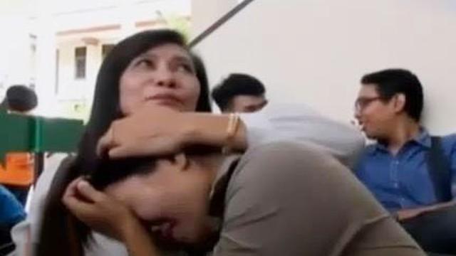 Lihat Barang Bukti, Ibu Angeline Menangis Tinggalkan