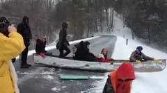 Bermain perahu luncur di tengah hujan salju yang lebat