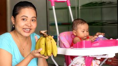 Expresi bayi lucu makan pisang - baby eat banana first time