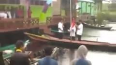 upacara di sungai memakai perahu klotok