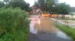 jalan desa sukarandeg kebanjiran karena air ci gede meluap