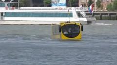 Mobil jalan di atas air. Gila mobil menyebrang air.