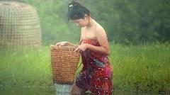 Gadis Desa Putih Menangkap Ikan Di Sawah Langsung Di Bakar