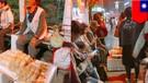 Pria 105 tahun jualan roti demi anaknya yang sakit - TomoNews