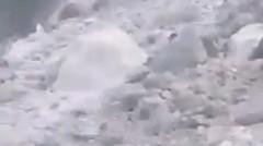 Detik-Detik bukit penambangan longsor