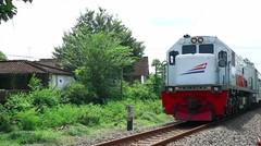 Kereta Api Indonesia Lokomotif CC 201 83 09 Rangkaian KA PENATARAN