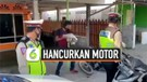 Kena Razia Polisi, Pria Emosi Hancurkan Motor Pakai Batu
