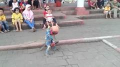 kesenian topeng monyet. antara tradisi dan kasian monyetnya.