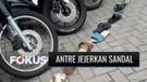 Unik! Puluhan Warga di Tangsel Jejerkan Sandal untuk Antre Pencairan Dana UMKM | Fokus
