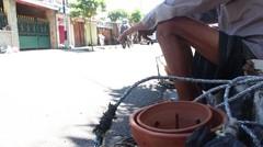 Semangat Kakek Jualan Pot Bunga dari Gerabah