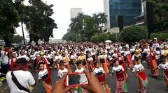 Ratusan Penari ini kompak membawakan tarian tradisional dari Indonesia...