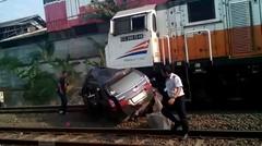 Tragis! sebuah mobil dua kali tertabrak Kereta Api