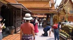 Mengelilingi Kuil Wat Phrathat Doi Suthep Di Chiang Mai