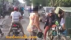 The power of emak2. Menurut informasi sepeda motor ibu ini nyelip dari sebelah kiri dan terjepit dengan betor. Kejadian di pecut sei tuan,Medan.