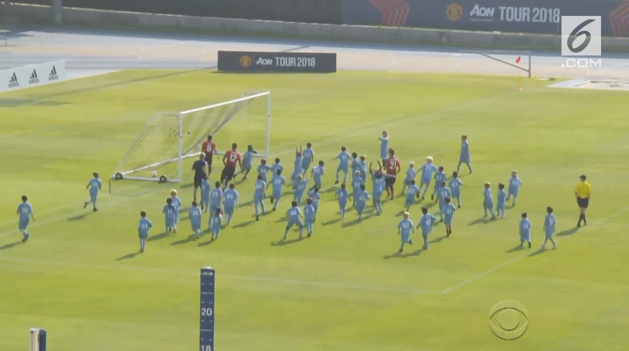 Lawan 100 Pemain Manchester United Menang Tipis