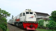 Kereta Api Indonesia Lokomotif CC 201 77 16 Rangkaian KA MAJAPAHIT