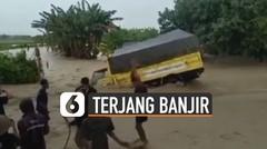 Nekat Terjang Banjir, Truk Akhirnya Nyungsep