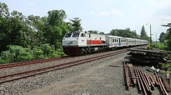 Kereta Api RAPIH DHOHO Lokomotif CC 203 02 02 Melintas Stasiun Ngujang Tulungagung