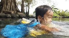 anak bayi lucu belajar berenang - berenang di umbul manten klaten