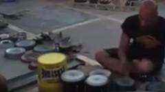Luar Biasa, Pengamen jalanan Ini memainkan drum dengan cepat