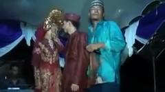 Seorang Pria Nyanyi di Pernikahan Mantan, Pengantin Wanita Mendadak Baper