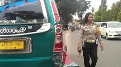Detik Detik Sopir ANGKOT di Medan tabrak Seorang Polwan (Jum'at, 17/3/2017) Police Woman