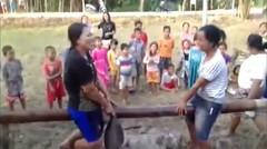 Video lucu emak-emak perang bantal di atas bambu. ngakak banget deh pastinya.