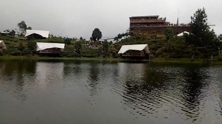 Naik Perahu Kelilingi Keindahan Wisata Alam Situ Patenggang Ciwidey Bandung