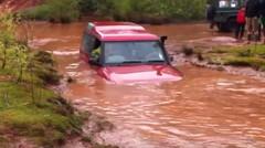 Land Rover di temukan hampir tenggelam di Sungai, Tapi Lihat Apa yang terjadi !!