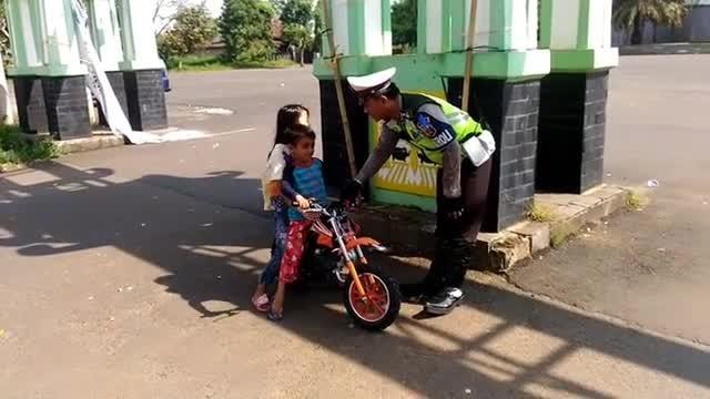 Boncengan Naik Motor  Anak Kecil Ini Kabur Saat Dinasihati Polisi Vidio