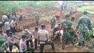 Armed 10 Kostrad Bantu Evakuasi Korban Longsor Maseng, Bogor