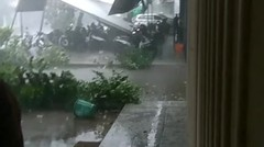 Bencana angin puting beliung menghancurkan kota