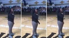 Remaja Berkawat Gigi Menyanyikan Lagu Kebangsaan Tetapi Mikrofonnya Berhenti Berfungsi dan Aksi Beraninya Menjadi Viral