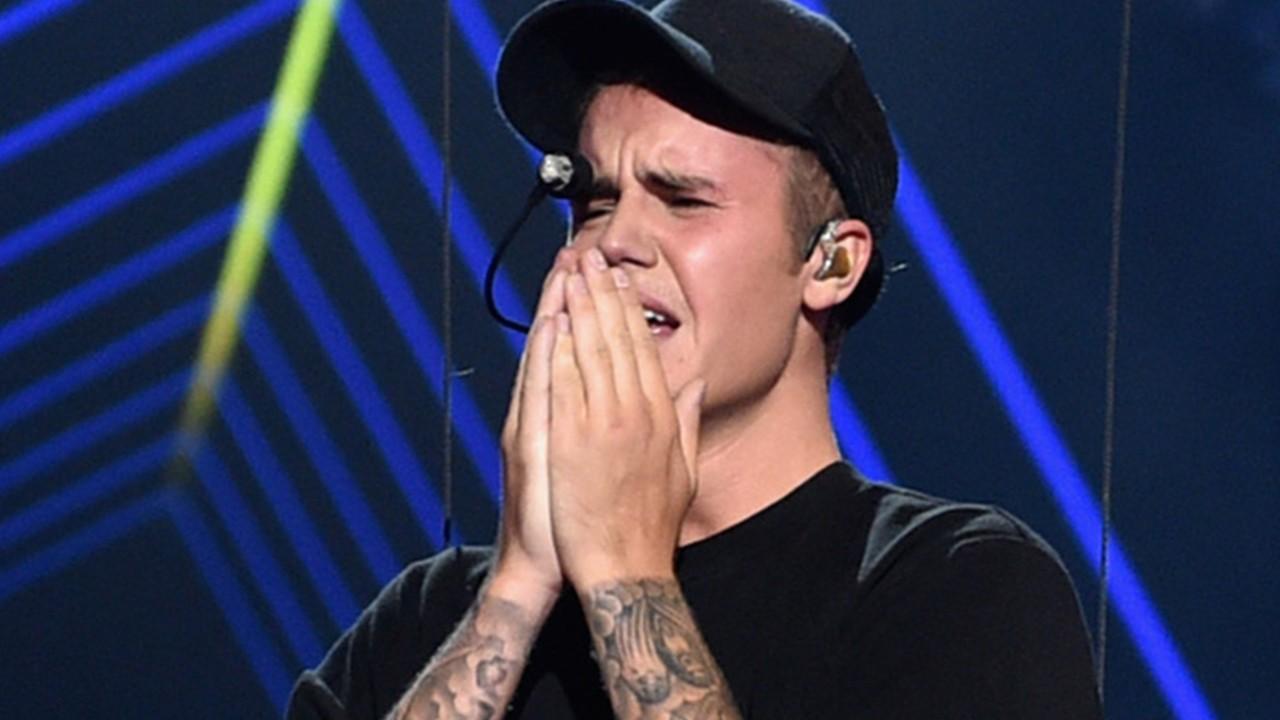 Galau Justin Bieber Unggah Foto Ciuman Dengan Mantan