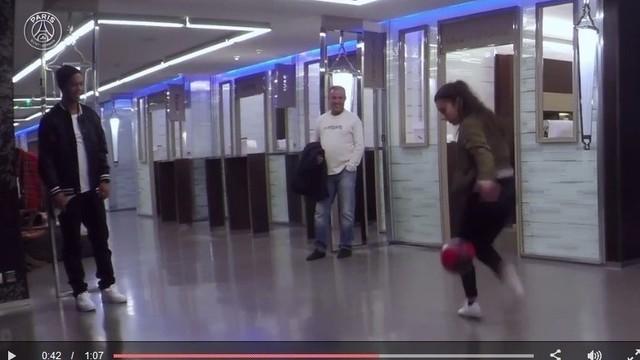 Remaja Putri Tantang Ronaldinho Juggling - Vidio.com