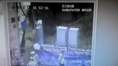 Bogor. Anak sekolahan berbonceng tiga terciduk polisi dan dihukum push up