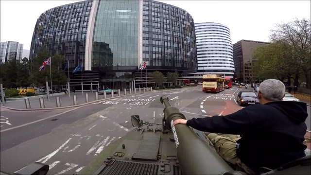 Drive A Tank >> They Drive A Tank In London Among Tourists