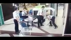 """Ini Rekaman CCTV Pilot Citilink Sempoyongan Diduga """"Mabuk"""""""