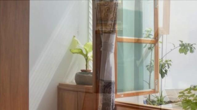 Desain Dapur Sempit Memanjang  rumah memanjang yang didesain sederhana dengan fasad unik di lapisan terluarnya