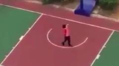 Tukang sapu di Cina bermain Basket, ada bakat katanya